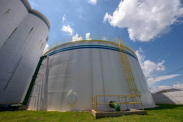 Limpeza e esgotamento de reservatório de água